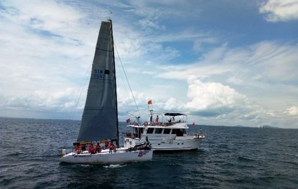Kapal panitia dan yacht peserta. Foto by menixnews.com