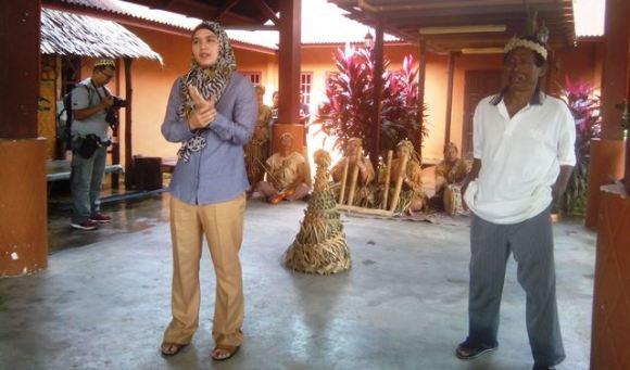 Perwakilan Pusaka (kiri) dan Kepala Suku Mah Meri Sidin saat memberikan sambutan. Foto by menixnews.com
