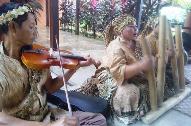 Pemain musik Tarian Topeng Suku Mah Meri. Foto by menixnews.com
