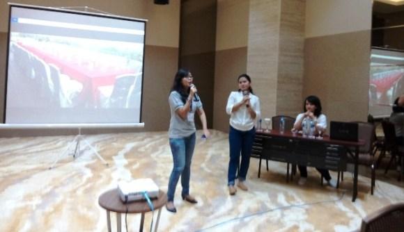 Dari kanan: Hanna, Ince, dan Nia saat memandu acara di dalam meeting room Hang Kesturi. Foto by menixnews.com