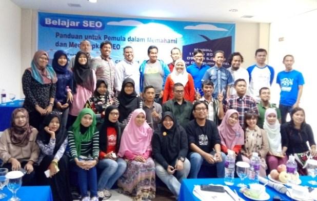 Foto bersama para anggota Blogger Kepri saat workshop SEO.