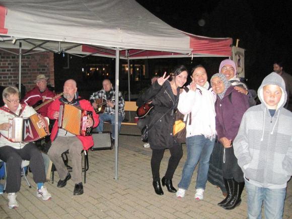Pose bareng teman-teman dengan latar belakang pemain musik tradisional Norwegia.