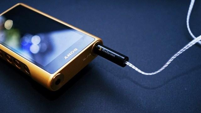 SONY NW-WM1Z 「金磚」重點是4.4mm平衡輸出,為此Fender甚至推出專用的線材,與原裝的分別只有接頭換上Pentaconn4.4mm 插頭,外表相當完美。