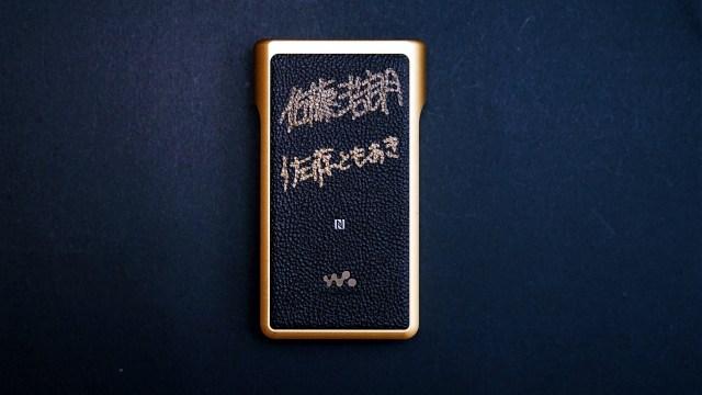 由於是sample機,因此這部「金磚」的機背上,還有此機的調音師佐藤浩朗親筆簽名。
