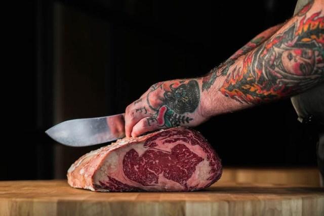 餐廳的特式美食包括來自44 farms的 Texas Whisky and Ash-aged Beef,備有T骨或Porterhouse牛扒以供選擇,價格視乎重量而定,並由專人於餐桌旁為食客即席準備。