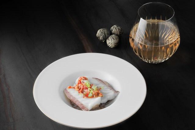 第四道菜是自家製剁椒蒟蒻星斑球,Kezia 選擇以冷泡奇蘭水仙橙茶與之搭配。 武夷奇蘭水仙產自武夷山一 帶,是一種性質溫和、略帶土壤中礦物的烤木香味的甜茶,滋味醇厚甘鮮。Kezia 特別加入了橙皮,增強其天然果香和堅果味的回甘,與自家製剁椒形成鮮明對比。