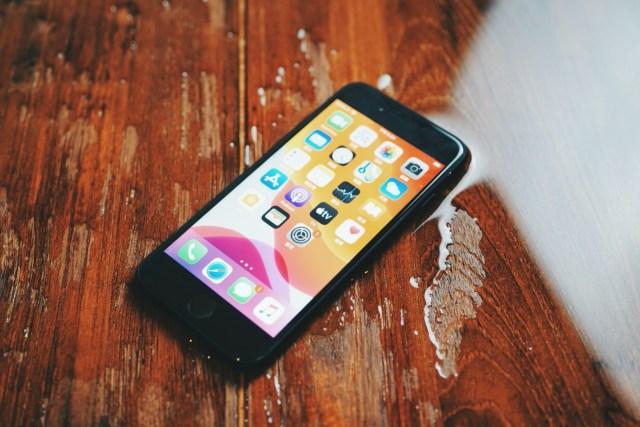 iPhone SE 將有黑、白、紅三色,定價由港幣3,399起,即日起已於官網公開預訂,最快5月頭可以收貨。