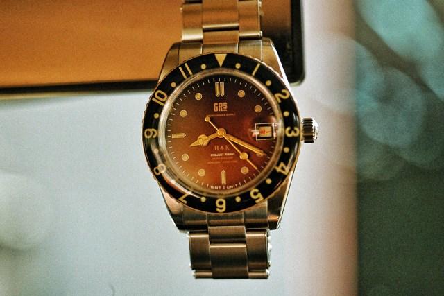 名為 PANTON 「GRS H↑K 1959」的聯乘,由腕表品牌 WMT 結合而來。