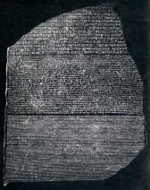 Rosetta-stenen: Øverst hieroglyffisk skrift; i midten demotisk og nederst græsk.