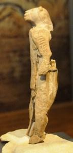 Løvemennesket blev fundet i en hule, Hohlenstein-Stadel, i det sydlige Tyskland i 1930'rne. Det blev fremstillet af Homo sapiens i begyndelsen af Øvre Palæolitikum