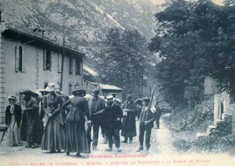 Turister på vej til grotten 1912