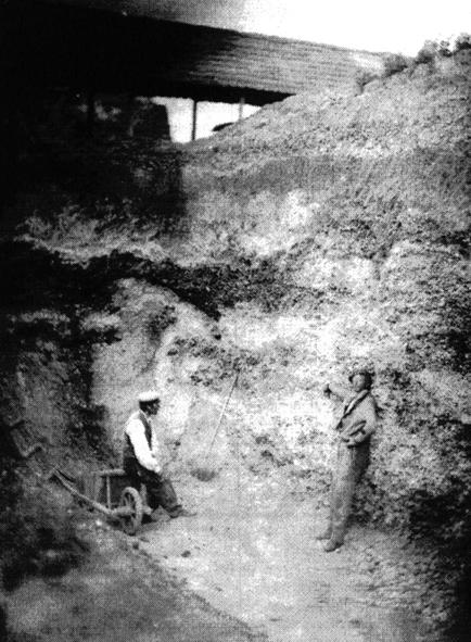 St. Acheul, Sommedalen den 27. april 1859. Den stående arbejdsmand peger på flintøksen in si-tu. Det er første gang af den fotografiske teknik anvendes til dokumentation af forhistorien. Bil-ledet indfanger tidspunktet, hvor menneskets forhistorie blev definitivt dokumenteret.