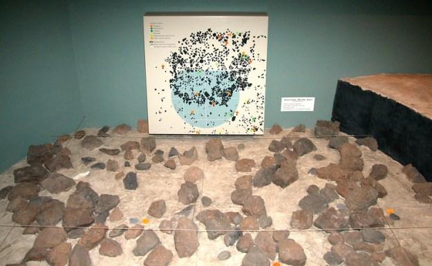 Diorama visende DK4 Site, Olduvai (fejl)fortolket af Mary Leakey som resterne af menneskets første hytte, ca. 1,8 mio. år. Smithsonian Museum of Natural History, Washington D.C.