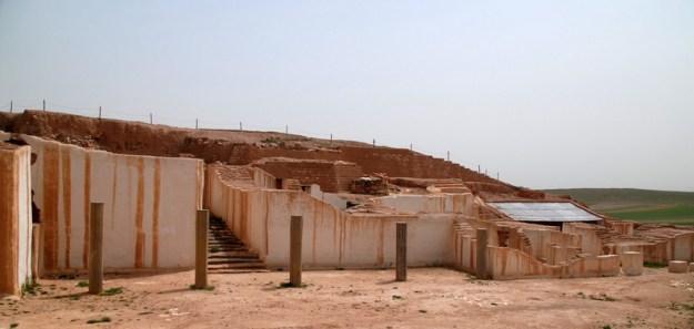 Det kongelige palads fra den første guldalder (2400-2250 fvt.). Biblioteket ses under bliktaget til højre.