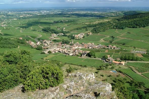 Udsigt fra toppen af klippen mod landsbyen Solutré omgivet af Bourgognemarker