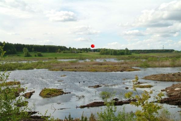"""Udsigt fra """"knolden"""" mod sydvest. Den røde prik markerer P-pladsen ved Moselund. Forår 2004"""