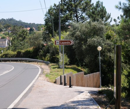 En sidevej fører ned til fundstedet