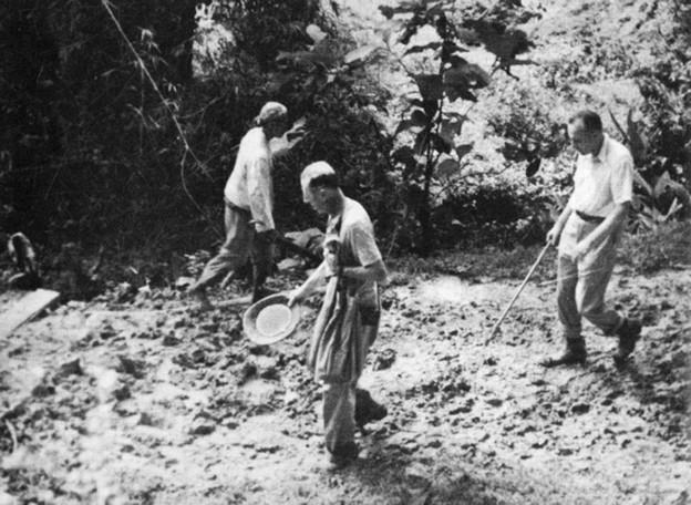 Pierre Teilhard de Chardin (i midten) ved Solofloden (Java)