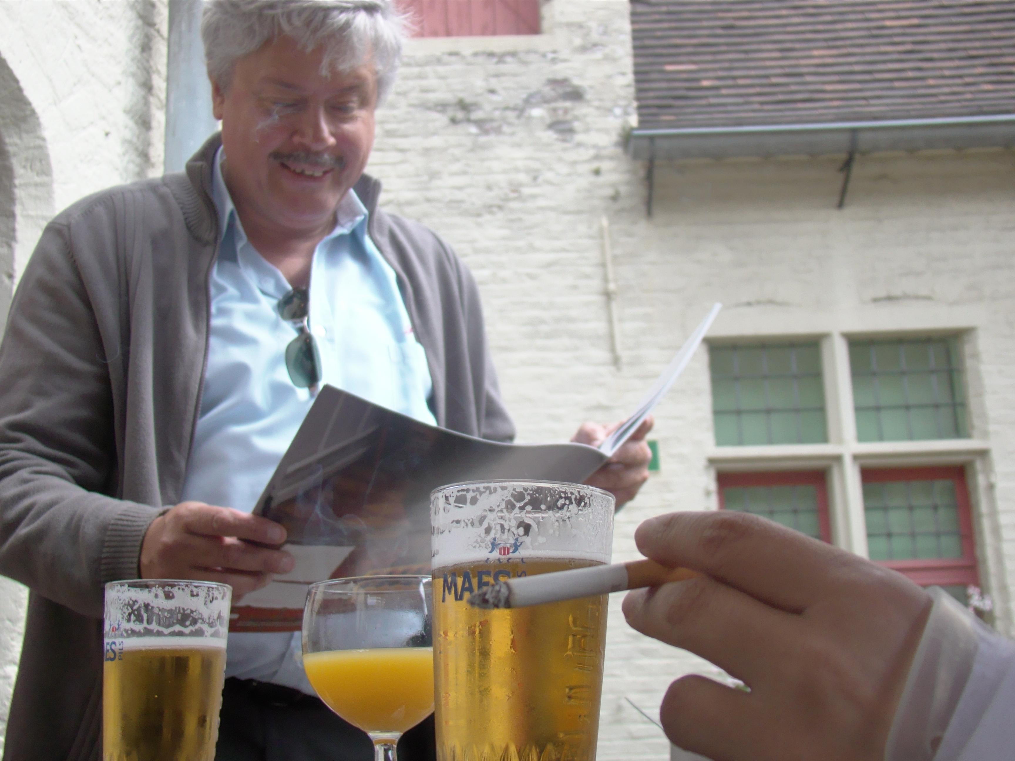 Cafébaas Jacky van de Folklore raakt in vervoering als hij de pagina's over zijn zaak onder ogen krijgt.