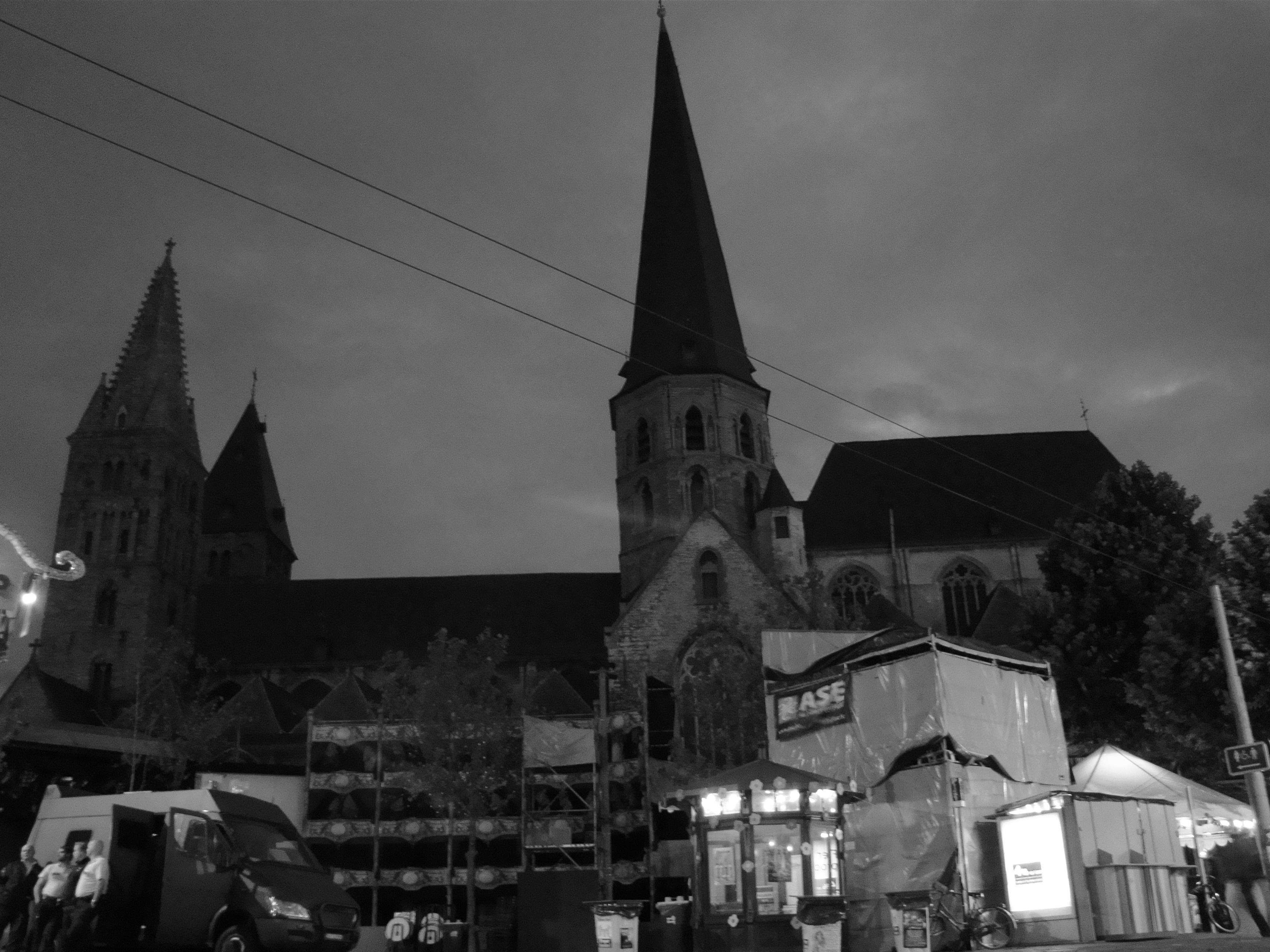 Een roedel flikken houdt de wacht bij 't Sint-Jacobs. Stel je voor dat enkele zatte sjarels er met het podium vandoor gaan!