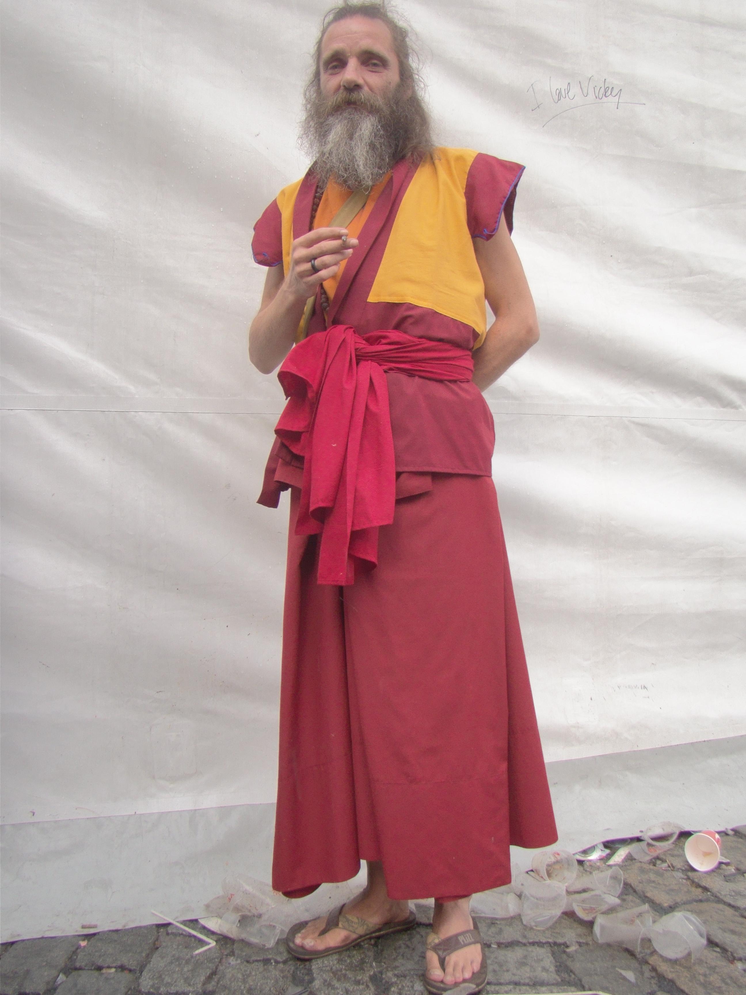 Het Sfeerbeheer krijgt spirituele steun uit onverwachte hoek. Een goeroe op leeftijd neemt de mensen rondom hem op in zijn karma van rust, openheid en verdraagzaamheid.