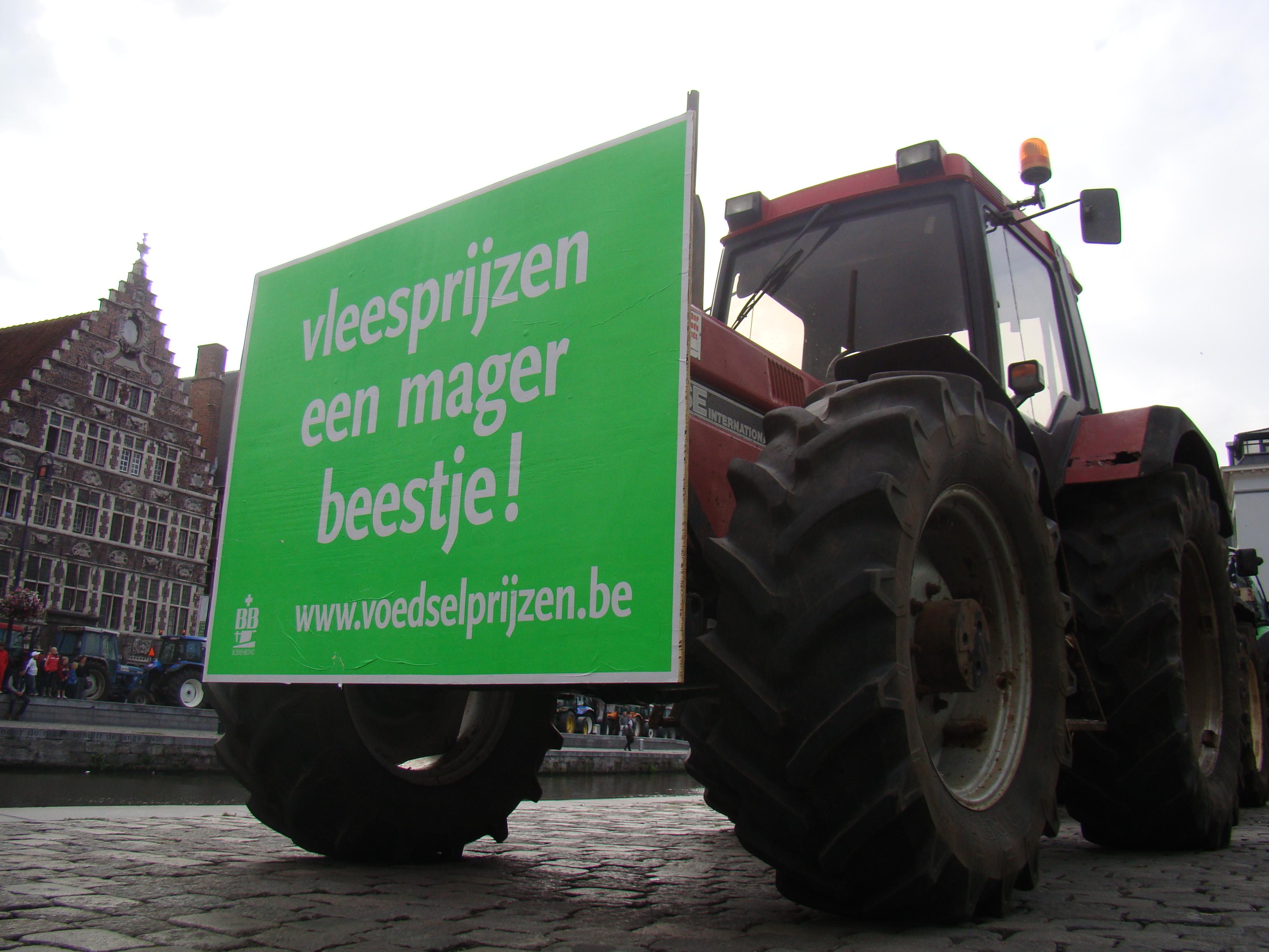 Om hun boodschap te verspreiden gebruiken de boeren een typografie en kleurgebruik die duidelijk refereren aan de nationaal-socialistische propaganda van weleer.