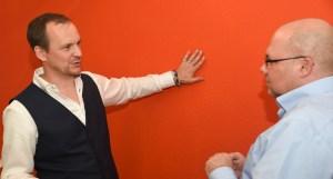 Jan Willand und Oliver Mattern vor einer orangenen Wand