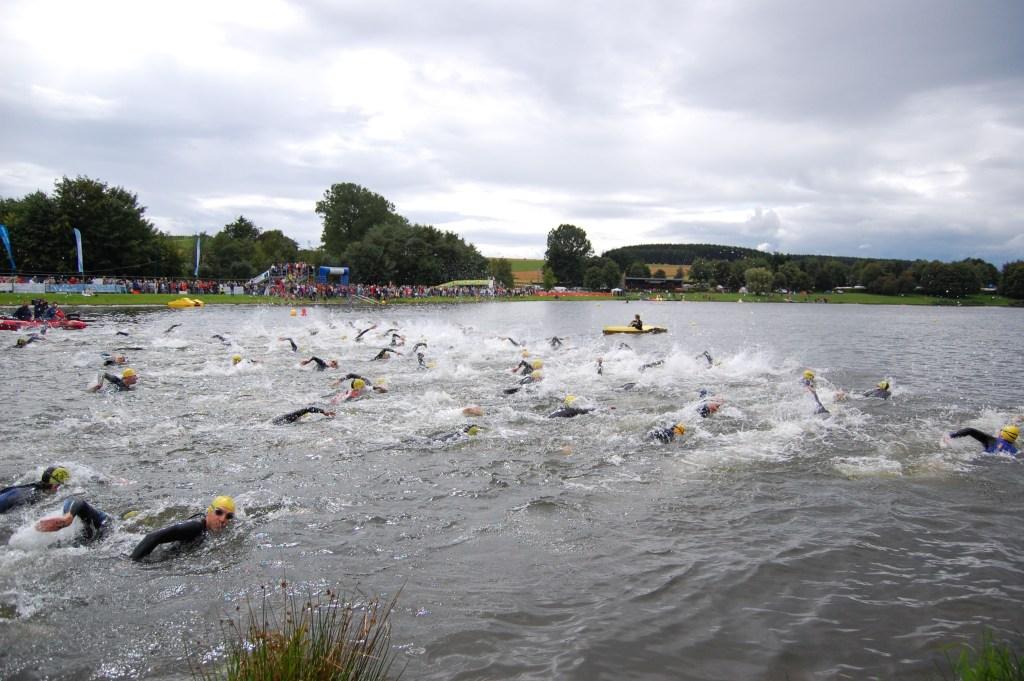 Weiswampach_triathlon_2007_men_swimming_start
