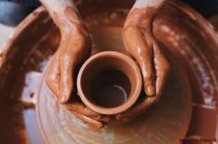 femme faisant de la poterie