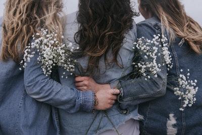 花を持つ三人の女性