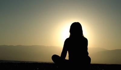 瞑想によってマインドフルになった女性