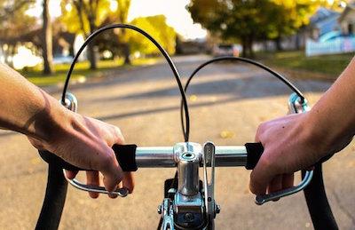 自転車に乗って先を走る