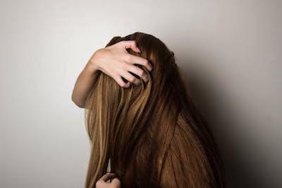髪がべたべたな女性