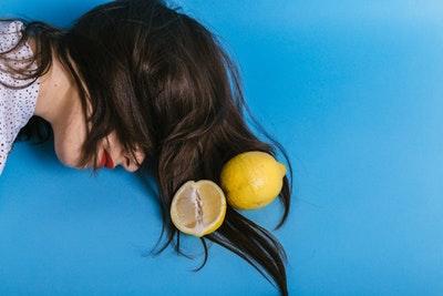 髪にレモンを乗せて「酸性」を表している女性