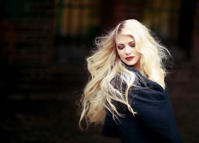 枝毛がなくなり髪が綺麗になった女性