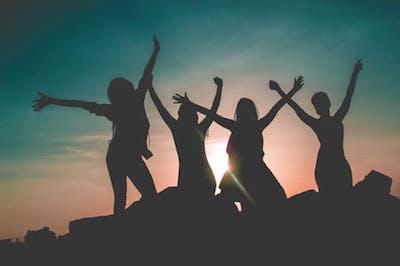 美容師国家試験に合格した4人の女性