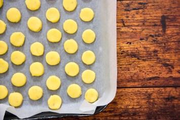 Biscottini al timo e pecorino pronti da infornare