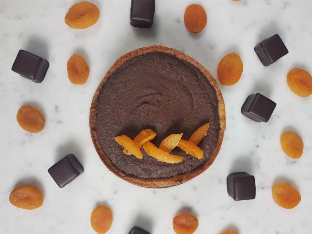Crostata Sacher al cioccolato e albicocche