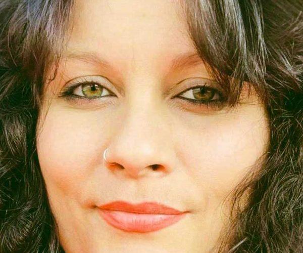 Su nombre es Mercedes González Flores, Mercé es el nombre con el conectó con el campo cuantico espiritual. Nacida en 1980 en Madrid. Mercedes González (Mercé) es médium y psíquica. Se dedica a la psicoterapia transgeneracional, sistema cuántico de la vida y a las terapias naturales para la mejora del cuerpo y la mente. Desde su infancia ha ido desarrollando sus habilidades psíquicas y empleándolas para el propio desarrollo personal y espiritual. Habilidades psíquicas como la psicometría, la clarividencia, sueños lúcidos, telepatía y telequinesis, han aportado diferentes experiencias con las que ha conocido, que todo ser humano entrenado la mente puede conseguir materializar los objetivos de su vida en relación a su crecimiento personal. Como médium, lo que más le aporta es enseñar a otros médiums a ordenar su capacidad, y a entender que la mediumnidad no tiene porqué estar sujeta a sistemas de creencias, pudiendo ser un canal libre de doctrinas sintiendo y viviendo grandes conexiones, que según su teoría deberíamos sentir todos desde el amor y la calma para poder conectar con lo que llamamos la otra vida. La mediumnidad le ha enseñado a conectarse con los bloqueos de las personas, practicando diferentes técnicas para su mejora. Usa diferentes técnicas para acceder a estados alterados de consciencia sin el uso de plantas psicoactivas. Ha diseñado la técnica de la psicoempatización, técnica que muchos terapeutas ya usan en sus consultas para trabajar la empatización y sistema cuántico. Sus entrenamientos no están sujetos a ningún sistema de creencia, dogma ni religión para poder aportar un conocimiento libre. Sus formaciones y entrenamientos se basan en la teoría de formas geométricas, colores, técnicas de activación de la glándula pineal, paralelismos, sincronicidades, visualización creativa y conexiones mediúmnicas, contactando con el campo espiritual a través de técnicas de concentración mental y activación de la glándula pineal. Empatizando y poniéndose a disposic