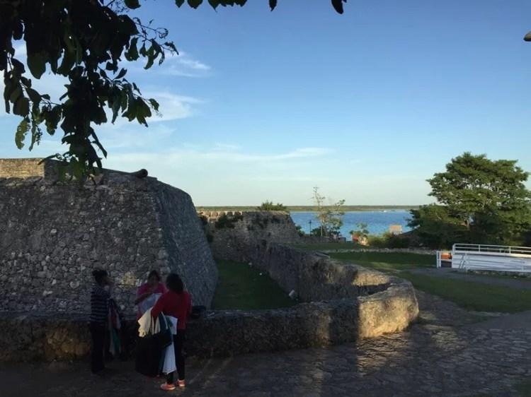 Fuerte de San Felipe en Bacalar laguna de fondo