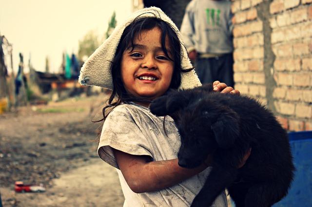 Niña con gato en brazos