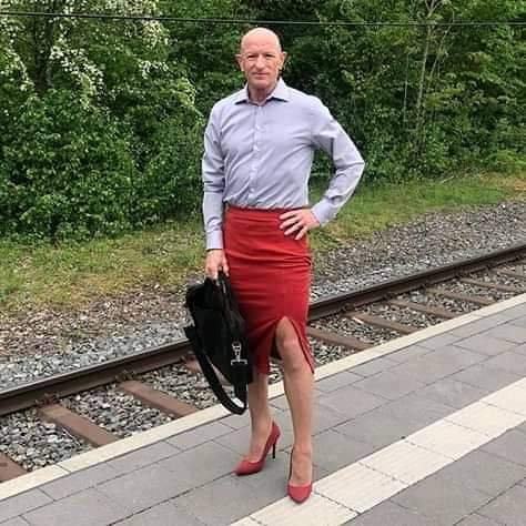 photos-of-man-who-wears-skirts-online