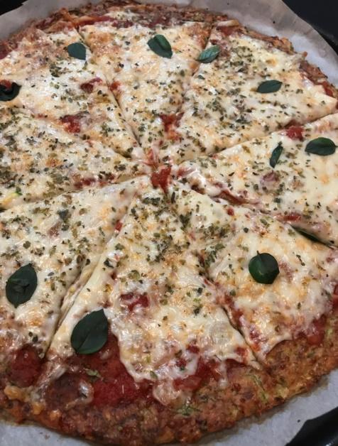 Pizza com massa de abobrinha low carb e sem glúten