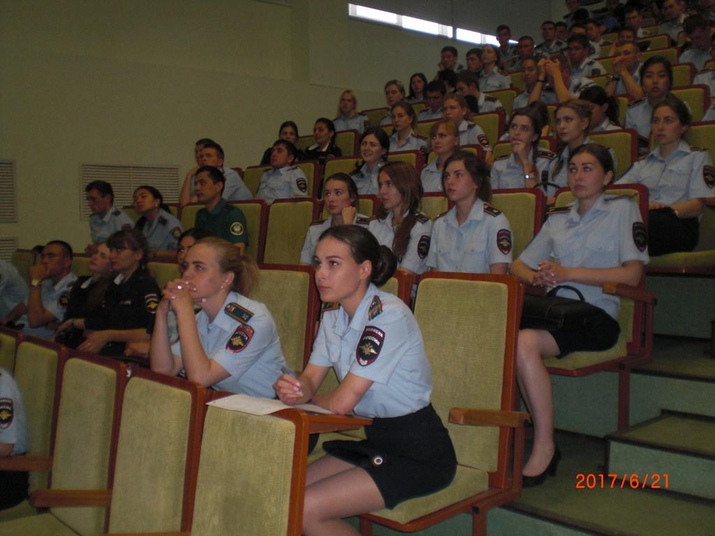 Курсанты Волгоградской Академии МВД слушают Менякина
