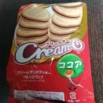 ココアがサンドされているクリームオーココア味クリームサンドクッキー