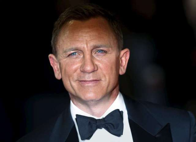 """Daniel Craig poses for photographers as he attends the world premiere of the new James Bond 007 film """"Spectre"""" at the Royal Albert Hall in London, Britain, October 26, 2015. REUTERS/Luke MacGregor - RTX1TCPV"""