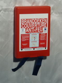 Couverture anti-feu de 1,20x1,80 mètre agréée NBN/CEE. En boitier Pvc rouge.