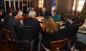Vista de la reunión que encabezó el Ministro de Economía, Temístocles Montás, con una misión del FMI en su despacho del Palacio Nacional.
