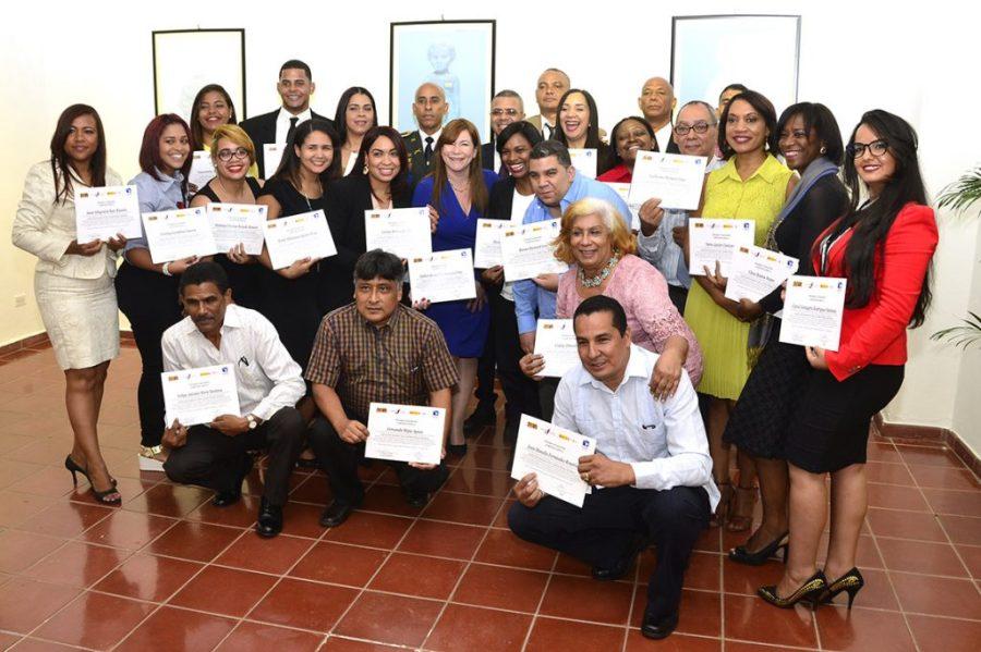 Los representantes de las instituciones del sistema que recibieron anoche sus certificaciones de participantes en el diplomado de comunicación estratégica para la gestión del riesgo, en el centro cultural del Banco de Reservas.