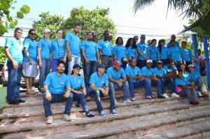 Integrantes de la brigada de empleados del MEPyD participantes en la limpieza de desechos sólidos y orgánicos de la playa de Juan Dolio.